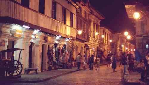 Calle Crisologo at night